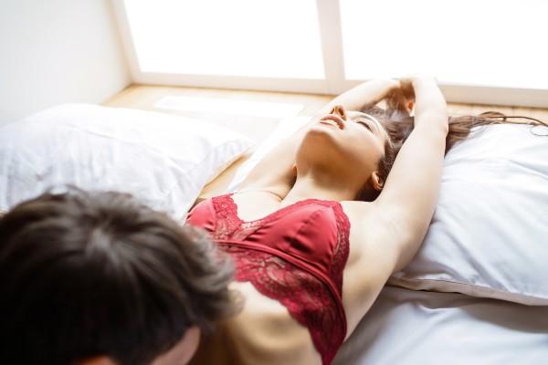 pareja haciendo retos sexuales